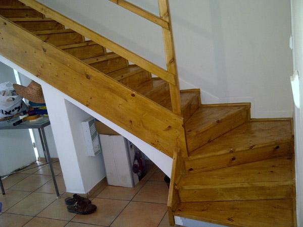 גרם מדרגות עץ עם מעקה